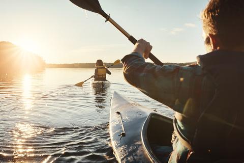 Junges Paar bei einer Kanutour auf dem Schweriner See