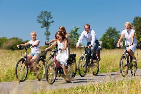 Junge Familie bei einer Fahrradtour