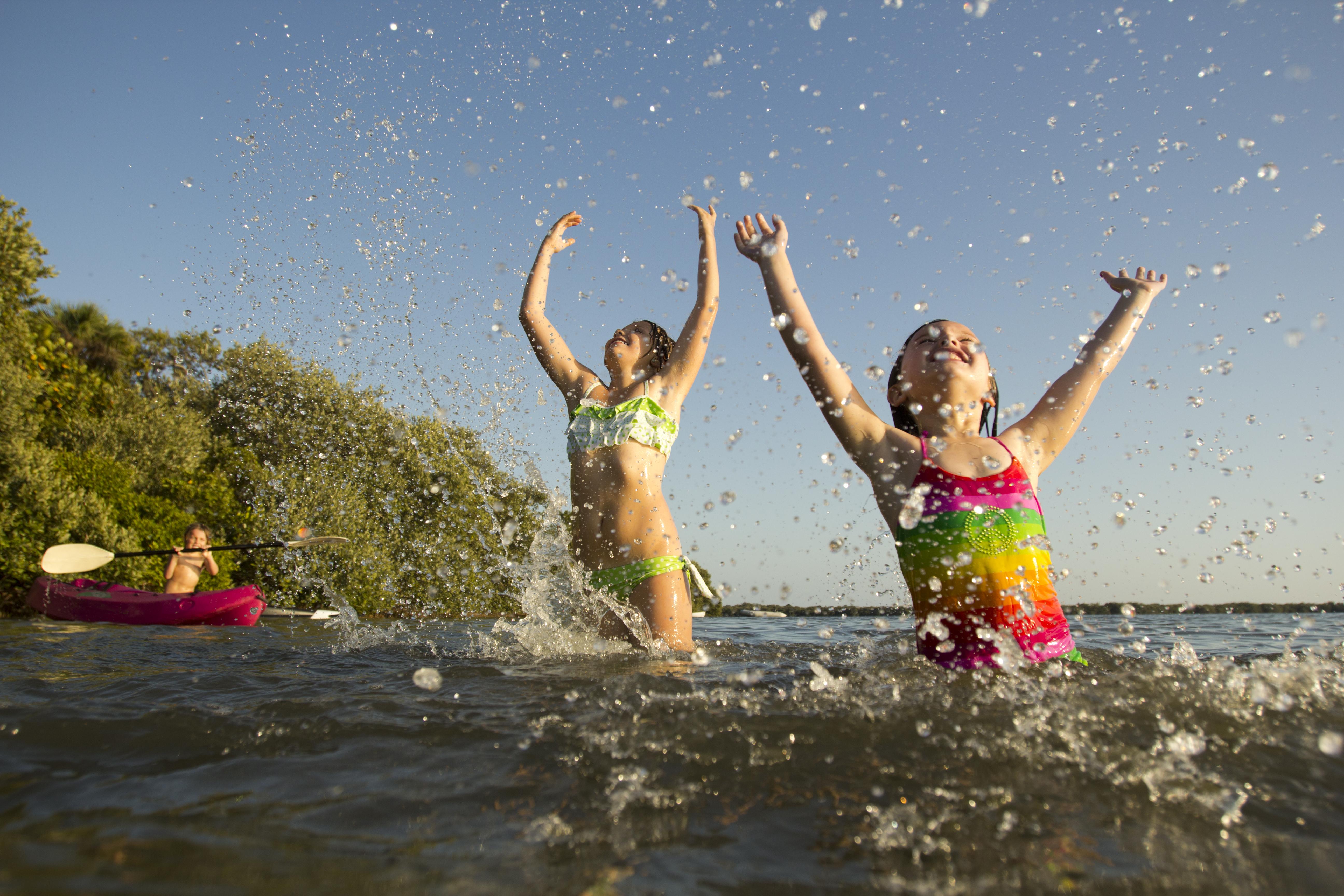 Kinder beim spielen im Schweriner See